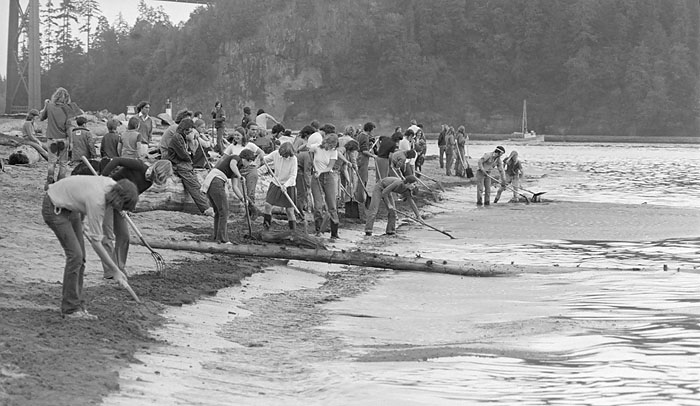Oil spill cleanup in West Vancouver at Ambleside. Source: John Denniston (johndenniston.ca)